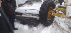 Park halindeyken hareket eden greyder otomobile çarptı