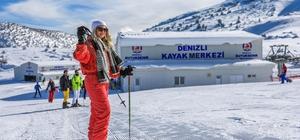 """Vatandaşlar Denizli Kayak Merkezi'ne akın etti Denizli Kayak Merkezi kış turizminin gözdesi oldu 7'den 70'e herkes karın keyfini çıkarmaya geldi Başkan Zolan: """"Herkesi Ege'nin en büyük kayak merkezine bekliyoruz"""""""
