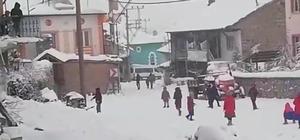 Köy okulunda minik öğrencilerin kar sevinci Minik öğrenciler hem karın, hem de kartopu oynamanın tadını çıkardı