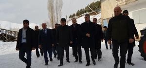 MHP İspir ve Aziziye ilçelerine çıkarma yaptı Genel Başkan Yardımcısı ve Erzurum Milletvekili Prof. Dr Kamil Aydın, MHP Erzurum il Başkanı Naim Karataş, esnafı ve mahalleleri ziyaret ederek vatandaşların sorunlarını dinledi
