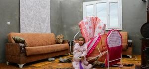 """Hortumda evlerinin çatısı uçan aile bebekleriyle perişan oldu Adana'da Dağtekin ailesi, maddi imkansızlık nedeniyle çatıyı yaptıramadıkları için yağmurlu ve soğuk havada çadırda yaşam mücadelesi veriyor Çağla Dağtekin: """"Kıyamet koptu zannettim. Şimdi çadırda kalıyoruz. Yetkililer yardım etsin"""""""