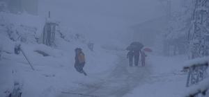Taşeli bölgesinde yoğun kar yağışı hayatı olumsuz etkiliyor Karaman'ın Toros Dağları üzerinde bulunan üç ilçesinde kar kalınlığı şimdiden yarım metreyi aşarken, kartpostallık görüntüler oluştu