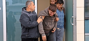 En acı teşhis 17 gündür kayıp olan genç, sol elindeki Türk bayrağı dövmesinden teşhis edebildi Manavgat Irmağı'nda bulunan cesedin 17 gündür aranan 22 yaşındaki Abdullah Yiğit'e ait olduğu belirlendi Babası ve ağabeyi, yüzü tanınmayacak halde olan cesedin Abdullah Yiğit'e ait olduğunu sol elindeki Türk bayrağı dövmesinden teşhis edebildi
