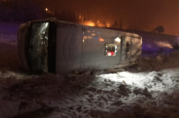 Futbolcuları taşıyan otobüs devrildi Hatayspor U 16 futbol takımını taşıyan otobüs Sivas'ın Gölova ilçesinde devrildi, 4 sporcu, 2 şoför ve 2 teknik yönetici hafif şekilde yaralandı