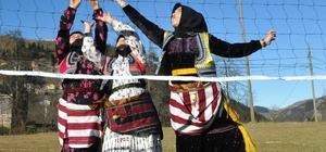Ağasar kıyafetli kadınlar tarladan çıkıp, voleybol oynadı Ağasar kıyafetli kadınlar, hem turnuvada birincilik için mücadele etti, hem de keyifli saatler geçirdi Karadeniz kadını, ev işleri ve tarladan fırsat buldukça spor yapıyor, stres atıyor