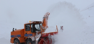 Erzincan'da kar ve tipi 200 köy yolunu ulaşıma kapadı