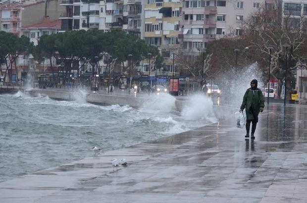 Çanakkale'de etkili olan poyraz fırtınası hayatı felç etti