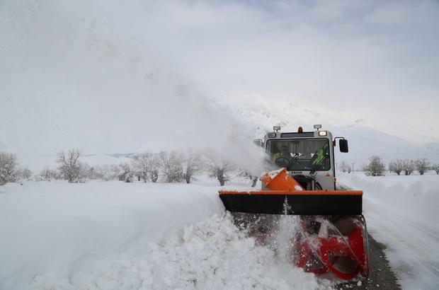 Tunceli'de karla mücadelede 177 köy yolu açıldı, 41'inde çalışma sürüyor Tunceli'de bazı bölgelerde kar kalınlığı 1 metreyi geçerken, kapanan köy yollarının açılması için başlatılan çalışmalar aralıksız olarak devam ediyor