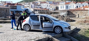 Aracını denize sürdü, camı kıran polis son anda kurtardı Bozcaada sahilinde aracını ısrarla denize sürmeye  çalışan bir kişi polisin camı kırıp aracın kapılarını açmasıyla etkisiz hale getirildi