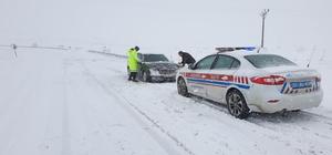 Jandarma ekiplerinden kardan kapanan yollarda mahsur kalan araçlara yardım