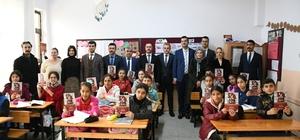 """Bal: """"Böyle bir proje Türkiye'de ilk kez yapılıyor"""" Milas İlçe Milli Eğitim Müdürlüğü, Milas Ülkü Ocakları Eğitim Kültür Vakfı ve Türk Eğitim Sen Milas Temsilciliği tarafından hayata geçirilen """"Ata'ya Selam Olsun Projesi"""" kapsamında Milas'ta eğitim öğretim gören yaklaşık 7 bin 400 öğrenciye Nutuk dağıtıldı. Proje kapsamında önümüzdeki süreçte öğrenciler arasında bilgi yarışması düzenlenip, çeşitli hediyeler verilecek."""