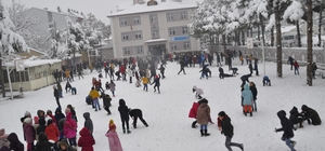 Şuhut'ta kar 35 santimi buldu Kar yağışı ilçeyi beyaza bürüdü Yağışını fırsat bilen minik öğrenciler kartopu oynayarak karın tadını doyasıya yaşadı