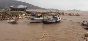 Mersin'de elektrik direkleri devrildi, fırtına tekneleri batırdı Silifke ilçesine bağlı iki mahallede eğitime 1 gün ara verildi