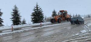 Seyitgazi yolunda kar temizleme çalışmaları