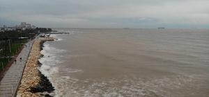 Mersin'de deniz çamura bulandı