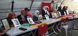 """HDP önünde, ailelerin evlat nöbeti 128'nci gününde Oğluna seslenen anne Sevdet Demir: """"Oğlum kaçıp gelmezsen hakkımı sana helal etmiyorum"""""""
