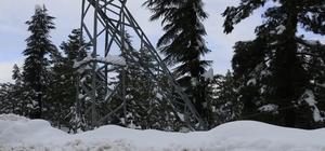 Pozantı'da yoğun kar yağışı elektrik direğini devirdi Çığ düşen krom maden ocağına devrilen elektrik direkleri nedeniyle enerji verilemiyor