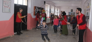 Gençler köy okulundaki öğrencileri sevindirdi