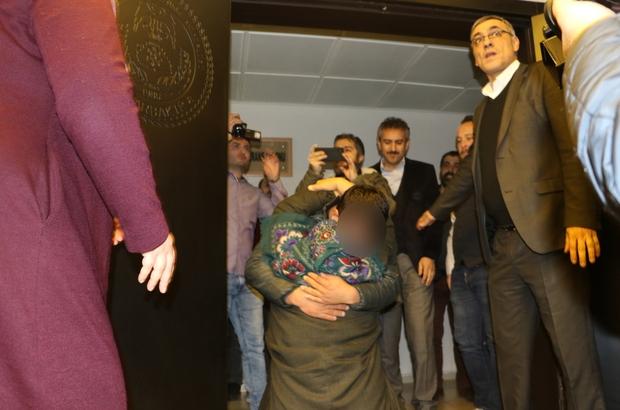 Aileler direniyor, terör örgütü PKK çözülmeye devam ediyor HDP önündeki ailelerden biri daha evladına kavuştu Evlat nöbetinin 120'nci gününde torunu İbrahim Halil Kadran için oturma eylemine katılan Halime Kadran torunuyla buluştu Torununu kapıda gören gözü yaşlı nine, evladına sarıldığı anda baygınlık geçirdi