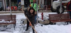 """Kadın belediye başkanı eline küreği alıp kar kürüdü Pazaryeri Belediye Başkanı Zekiye Tekin: """"Personelimizi bu soğuk kış günlerinde özverili çalışmalarından dolayı kutlarım"""""""