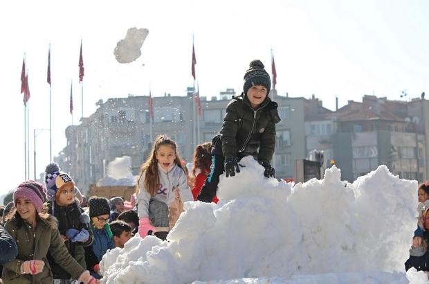 Akhisar Belediyesinden çocuklara kar sürprizi Akhisar'da kar sevinci böyle yaşandı Alkışlar Akhisar Belediyesi'ne! Bütün çocukların yüzü güldü Belediye Başkanı Besim Dutlulu'dan çocuklara kar hediyesi