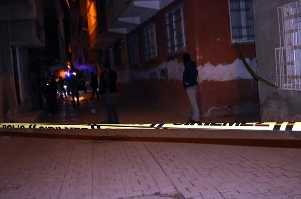 Çatışmanın ortasında kaldı, montu hayatını kurtardı Diyarbakır'da iki grup arasında silahlı çatışma çıktı, çatışmanın ortasında kalan 2 kişi yaralandı