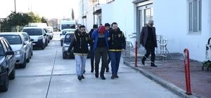 3 kapkaç olayının 3 zanlısı tutuklandı Adana'da ve Karataş ilçesinde 3 kapkaç olayına karıştığı öne sürülen 3 kişi tutuklandı