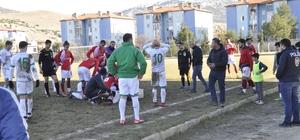 Amatör lig maçında korku dolu dakikalar Amatör lig maçında boğazına darbe alan futbolcu hastaneye kaldırıldı