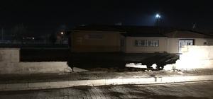 Otomobil okul duvarını yıktı