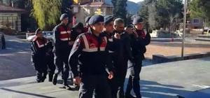 Jandarma'dan akaryakıt hırsızlığı operasyonu: 3 gözaltı Havanın kararmasını bekleyip özel aparatlarla yol yapım şantiyelerindeki benzini çaldılar Akaryakıt hırsızlarına Jandarma'dan 'yol kapanı'