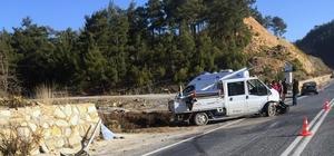 Kavaklıdere'de kaza: 3 yaralı Yatağan-Kavaklıdere karayolu Tilkiler mevkiinde gizli buzlanma nedeniyle direksiyon hakimiyetini kaybeden sürücünün kullandığı aracın duvara çarpması sonucu üç kişi yaralandı.