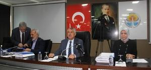 """Ulaşımda sıkıntı var Adana Büyükşehir Belediye Başkanı Zeydan Karalar, göreve geldiklerinde yaklaşık 236 otobüsün çalıştığını, bunlardan 80 tanesinin arızalı olduğunu belirtti Karalar: """"Ben 1 milyon lira civarında yedek parça alacağım hem 1,6 milyon lira civarında fatura kesilecek. Arızalı araç sayısı her ay artacak, kesin bitirin bunu dedim"""""""