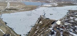 Sibirya değil Sivas Sivas'ta hava sıcaklığının sıfırın altında 12 dereceye kadar düşmesi ile Ulaş gölünün yüzeyi buzla kaplandı, ortaya Sibirya'yı aratmayacak görüntüler çıktı