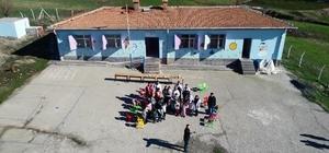Öğretmenlerin mesajını dikkate aldı, 57 okula 1 buçuk ton tatlı dağıttı