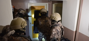 Bursa'da şafak vakti dev uyuşturucu operasyonu... Narkotik Polisi koç başlarıyla kapısını kırdığı evde Galya isimli narkotik köpeği ve özel harekat desteğiyle çok sayıda kişiyi gözaltına aldı 700 polisle belirlenen adreslere eş zamanlı baskın düzenlendi