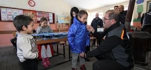 Öğretmen istedi, AFAD yardıma koştu Köy okulundaki öğretmenin öğrencileri için mont ve bot yardımı isteği üzerine AFAD ekipleri harekete geçti