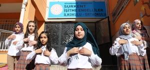 Engellileri anlayabilmek için kendi çabalarıyla işaret dilini öğrendiler Herhangi bir destek almadan yaklaşık 1 yıl çalışan kız öğrenciler, işaret dilini öğrenip 'Benim adım öğretmen' şarkısını seslendirdi