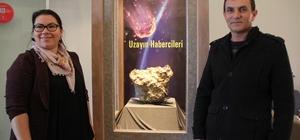 """Türkiye'nin 3. büyük gök taşı Çorum Müzesi'nde sergilenmeye başladı Gerdekkaya meteoritinin analiz sonuçları bilim dünyasıyla paylaşılacak İl Kültür ve Turizm Müdürü Sümeyra Şengül; """"Hitit metinlerinde demirin sıkça geçmesinin arkeoloji dünyası içinde ayrıca bir inceleme alanı oluşturuyor"""" Göktaşını bulan Mutlu Yılmaz; """"Yurt içinden talep gelirse taşı satmak istiyoruz, yurt dışına çıkmasını istemiyoruz"""""""