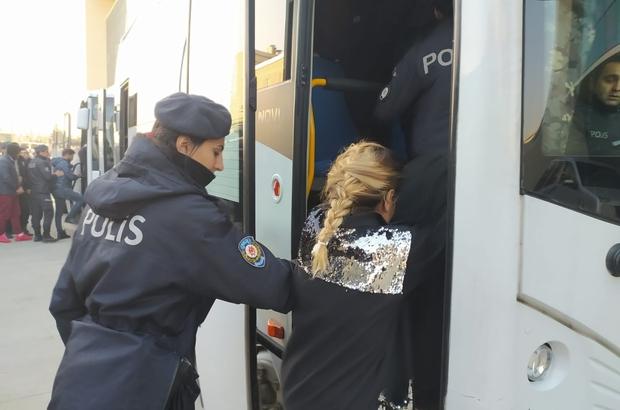 700 polisle şafak operasyonunda kapılar koç başlarıyla kırıldı Bursa'da şafak vakti uyuşturucu operasyonunda 25 gözaltı