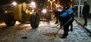 Erciş Belediyesinden eksi 10 derecede kar temizliği