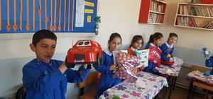 Köy okulu öğrencilerinin karne hediyesi üst sınıflardan geldi Oyuncaklarını kardeş okul öğrencilerine mektup yazarak hediye ettiler