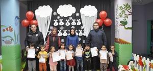 Şuhut'ta Anaokulu öğrencilerinin karne sevinci Polis ve jandarmadan anaokulu öğrencilerine çikolatalı sürpriz
