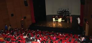 Köyü okulu kütüphanesi oluşturmak için tiyatro gösterisi düzenlediler