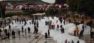 Köy yollarını kapatan tonlarca kar şehirde çocukların eğlencesi oldu Silifke'de köylerin yollarını kapatan karlar temizlenerek açılıp kamyonlarla şehir merkezine getirildi Tonlarca kar, Göksu Park alanına dökülürken çoğu çocuk ilk defa kar görmenin mutluluğunu yaşadı