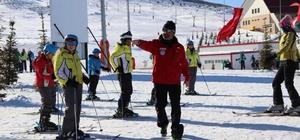 """Bin öğrenci kayak eğitimi alacak Sivas'ta """"Kışlar Daha Güzel"""" sloganı ile uygulanan """"Kayak Sporunda Olimpik Sporcu Yetiştirme Projesi"""" kapsamında 2020 yılında bin öğrenci Yıldız Dağı Kış Sporları ve Turizm Merkezinde kayak eğitimi alacak."""