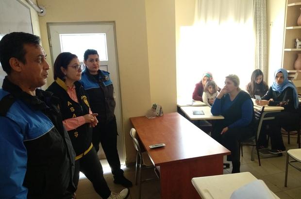 Polis erkek şiddetini önlemek için mahalle mahalle geziyor Adana polisi mahalle mahalle gezerek kadınlarla görüşüp onları bilinçlendirip, erkek şiddetine karşı KADES uygulamasını tanıtarak cep telefonlarına indiriyor