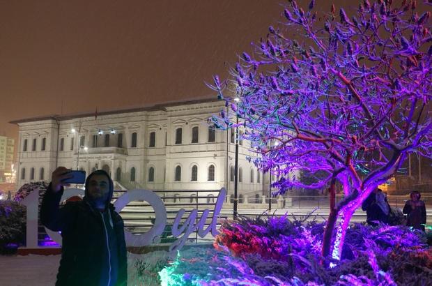 Kar yağışı kartpostallık görüntüler oluşturdu Sivas'ta akşam saatlerinde başlayan kar yağışı kentte kartpostallık görüntüler oluşturdu.