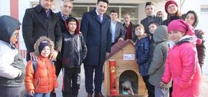 Öğrencilerden sokak hayvanlarına sıcak yuva Sivas'ın Zara ilçesinde Lise öğrencileri tarafından okul atölyesinde sokak hayvanlarının soğuk kış günlerinde içine sığınacakları yuvalar yapıldı