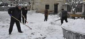 Gürün ilçesinde karla mücadele çalışmaları sürüyor