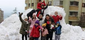 3 yıldır kar yağmayan şehre kamyonla kar getirdiler 2 yaşındaki kızı ve mahalledeki çocuklar için belediyesi ihbar hattına yazılan istek geri çevrilmedi Kar istediğini kırmayan Ortahisar Belediyesi, 80 km uzaklıktaki Zigana Dağı'nda toplanan karları kamyona yükleyerek ilçe merkezine getirdi 3 yıldır kar hasreti çeken Trabzonlu çocuklar kamyonlarla getirilen karın keyfini doyasıya yaşadı